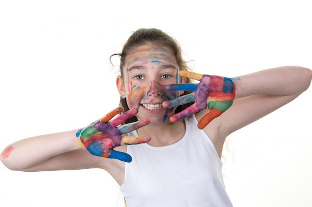 白い背景の上の塗料で若い女の子 Premium写真