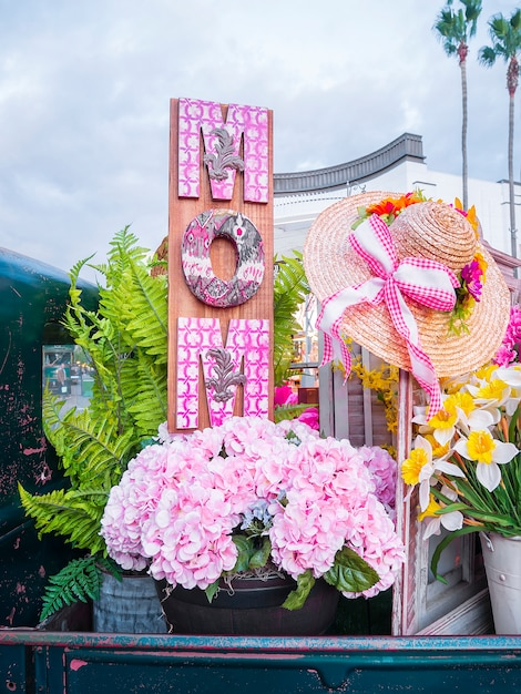 木の装飾と母の日の花。 Premium写真