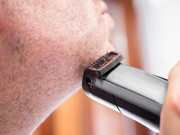 トリマー、電気かみそりで剃る男 Premium写真