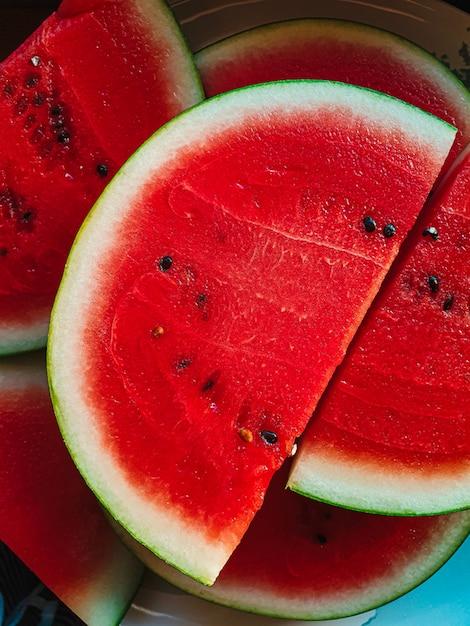 おいしい赤スライススイカ。夏の果物トロピカルフルーツ健康的な食事ビタミンの自然栄養の概念 Premium写真