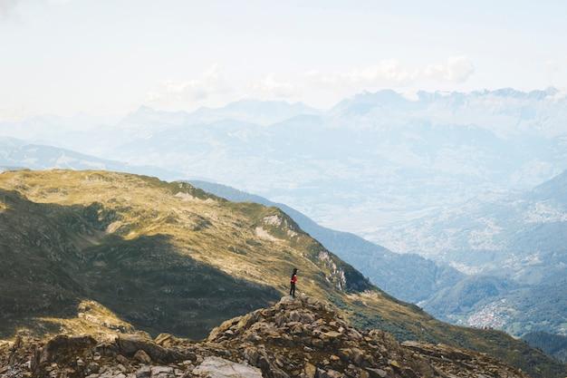Живописные панорамы альп. путешествие путешествие путешествие и реальная концепция жизни. красивая природа. отдых в горах. осень в альпах в зеленых и белых тонах Premium Фотографии