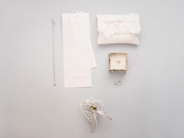 最小限のフラットは、明るい背景に結婚式のアクセサリーと一緒に置きます。 Premium写真