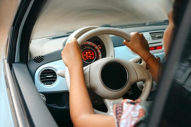 彼女の車を運転する女性 Premium写真