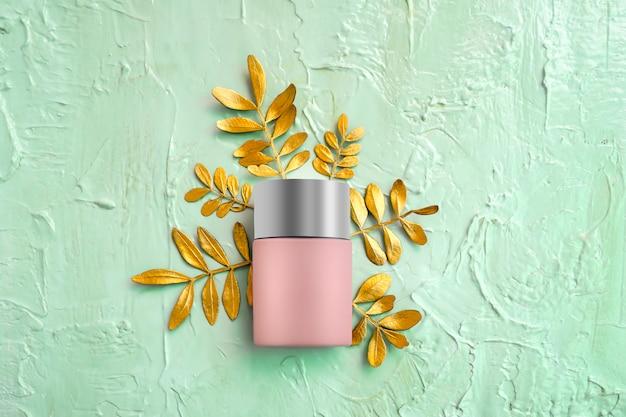 Тональный крем-тональный крем с серебряной крышкой и золотыми листьями на мяте Premium Фотографии