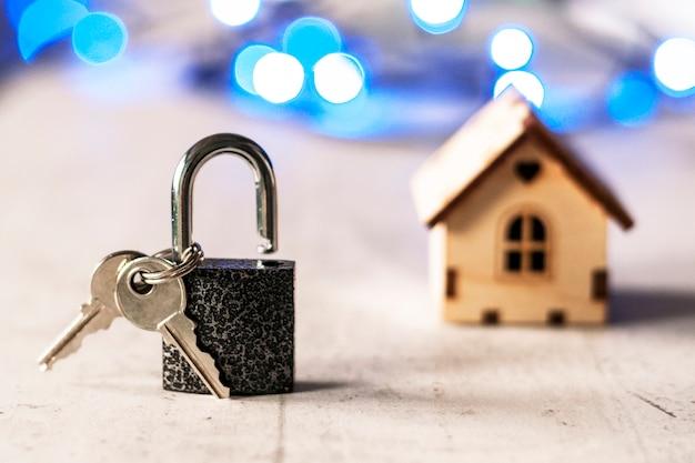 ロックとキーとボケ味を持つ木造住宅のモデル Premium写真
