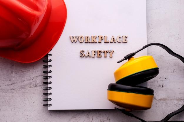 Строительный шлем является символом безопасности на рабочем месте. Premium Фотографии