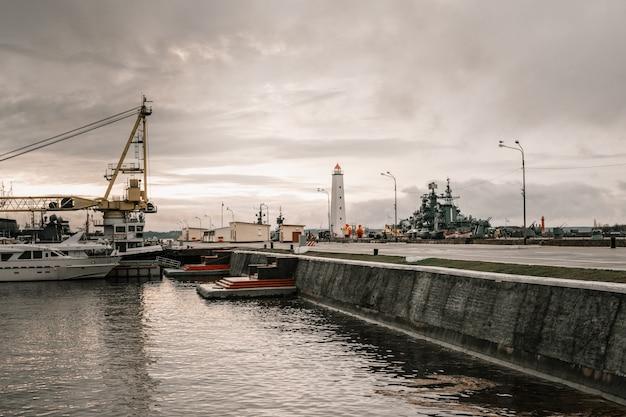 灯台と船。民間および軍用船。ショアナビゲーション機器。 Premium写真
