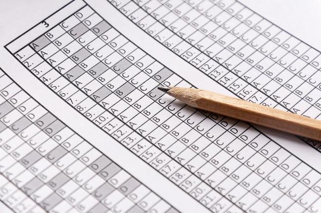 鉛筆の上に横たわる試験のフォーム Premium写真