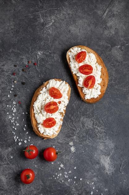 暗い背景にトマトとチーズのブルスケッタ Premium写真