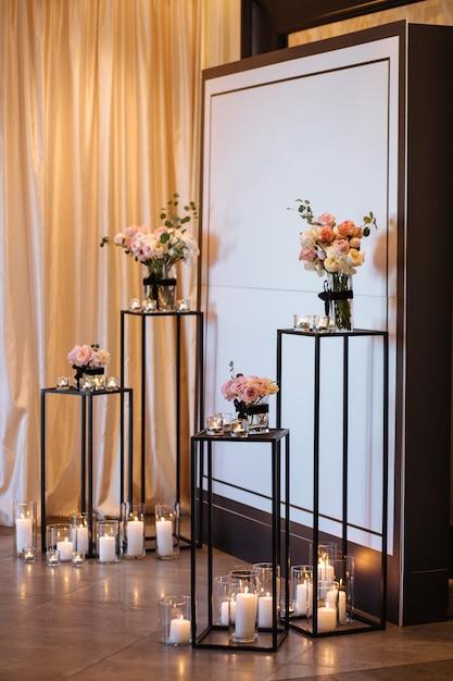 Красивый свадебный декор арки для церемонии. свадебная фотозона на фестивале со свежими цветами. Premium Фотографии
