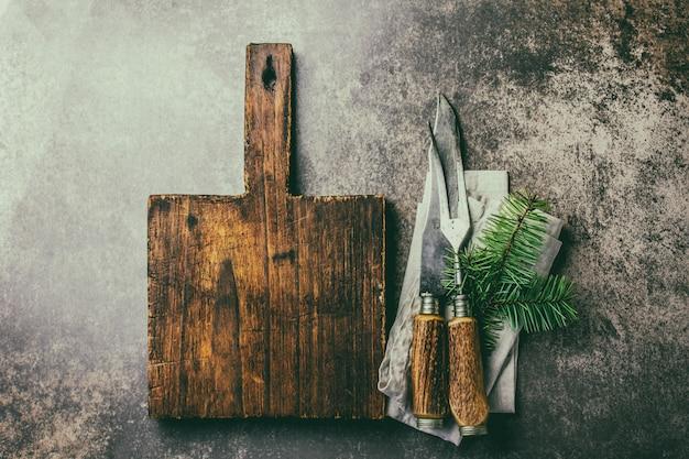 ビンテージの素朴なカトラリーセットと木製のまな板 Premium写真