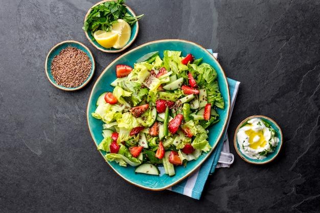 健康的なレタスのストロベリーサラダ、ブループレートトップビュー Premium写真