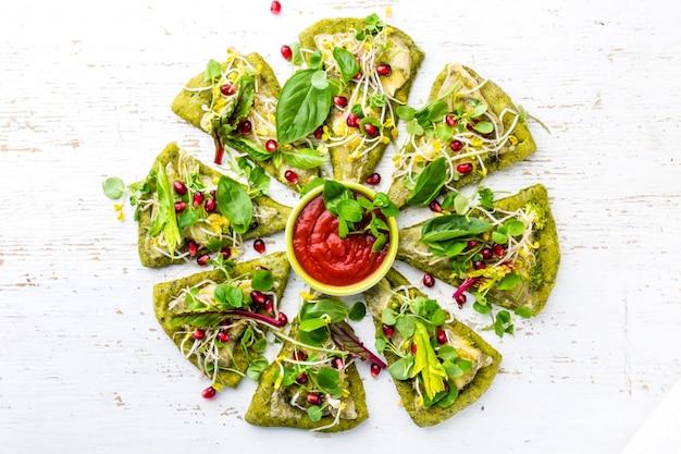 緑のほうれん草生地、野菜とチーズのひとときを多い背景 Premium写真