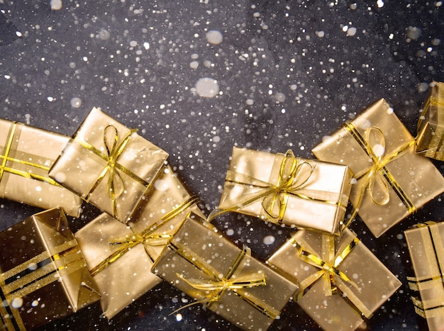 Рождественский фон с золотыми подарочными коробками Premium Фотографии