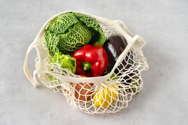 Ноль отходов концепции. овощи в сетке Premium Фотографии