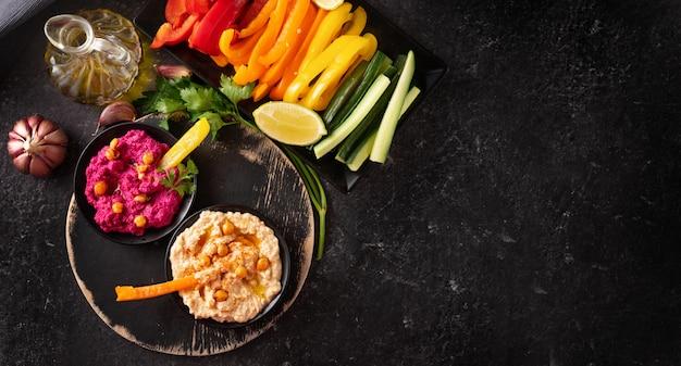 さまざまなビーガンフムスと健康的な野菜のディップ Premium写真