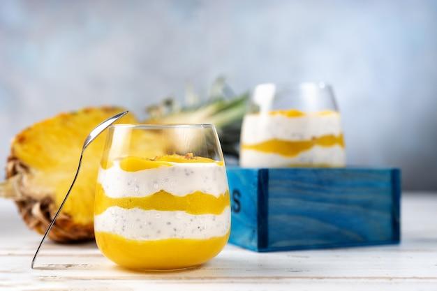 Манго пюре с йогуртом в двух стаканах Premium Фотографии