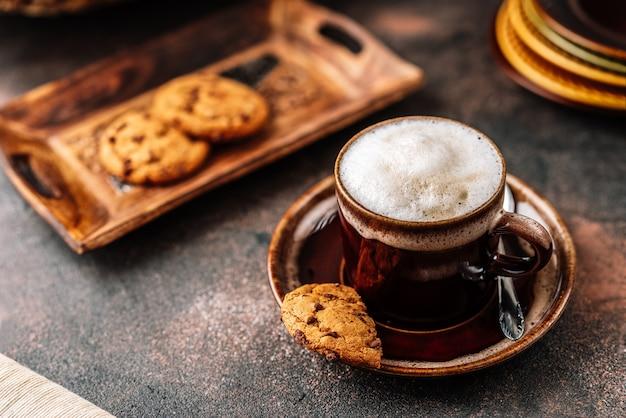 素朴な背景にコーヒーカップのカプチーノ Premium写真