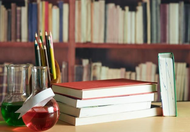 Натюрморт с книгами, карандашами, планшетом Premium Фотографии