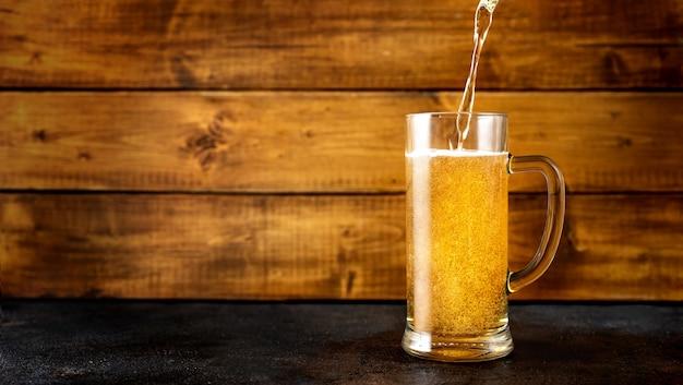 Бокал золотого пива Premium Фотографии