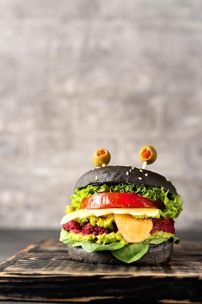 暗闇のハロウィーンのお祝いのハンバーガーモンスター Premium写真