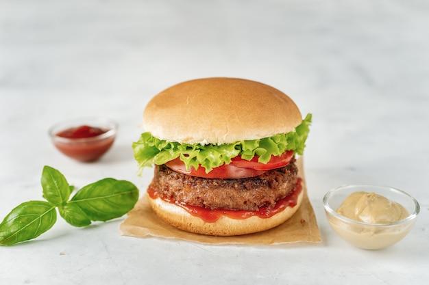 白い素朴な自家製ビーガンバーガー Premium写真