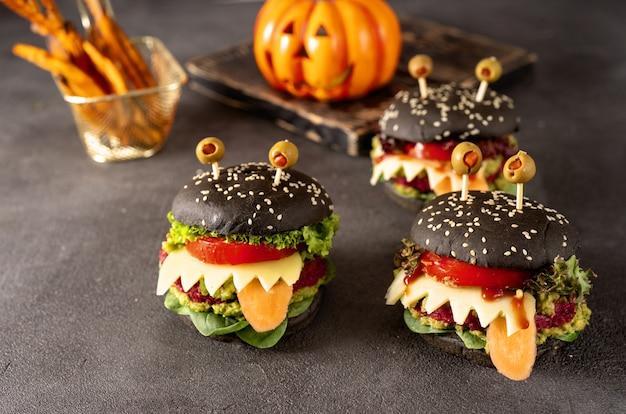 暗闇の中でハロウィーンのお祝いのためのハンバーガーモンスター Premium写真