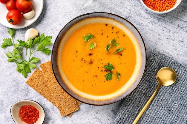 冬のスパイシーなレンズ豆のクリームスープ Premium写真