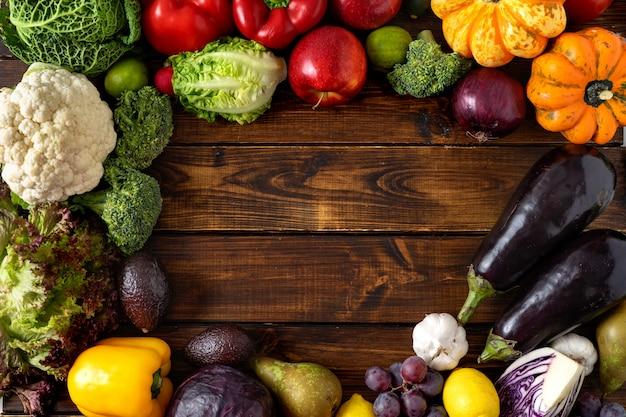 健康食品のコンセプト。木製の背景に野菜や果物 Premium写真