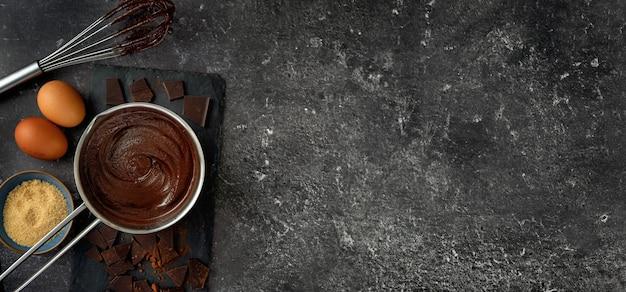 暗い背景にホットチョコレートと鍋のトップビュー Premium写真