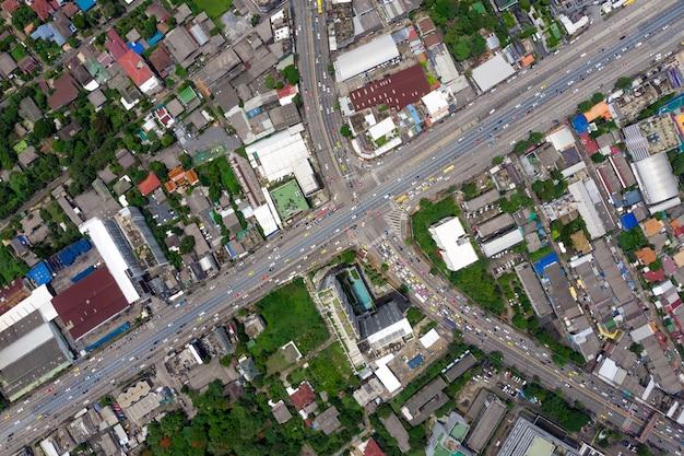 Вид на скоростную автомагистраль, дорожное движение - важная инфраструктура в таиланде Premium Фотографии
