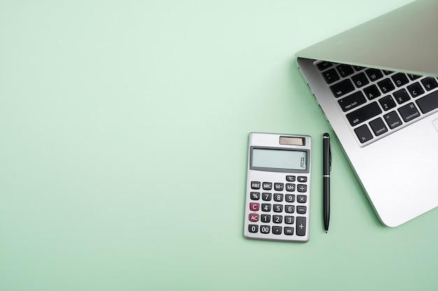 トップビューオフィステーブルデスク。ラップトップコンピューターのあるワークスペース。 Premium写真