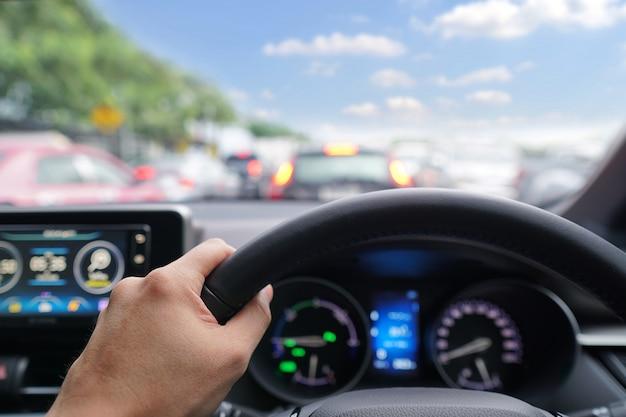 現代の車のステアリングホイールに男の手のドライバー Premium写真