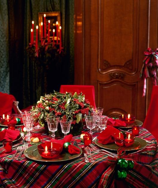 Элегантный и роскошный рождественский стол Premium Фотографии