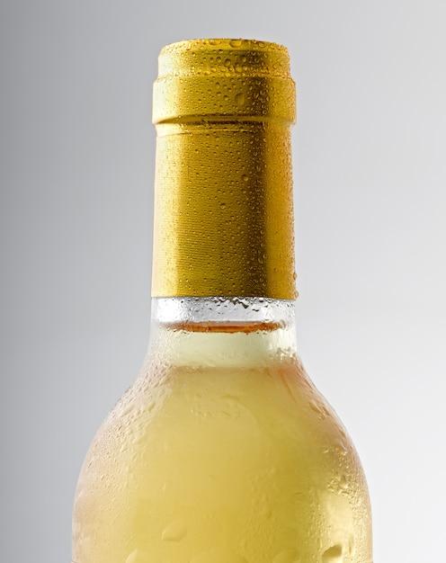 Капля воды на бутылке белого вина Premium Фотографии