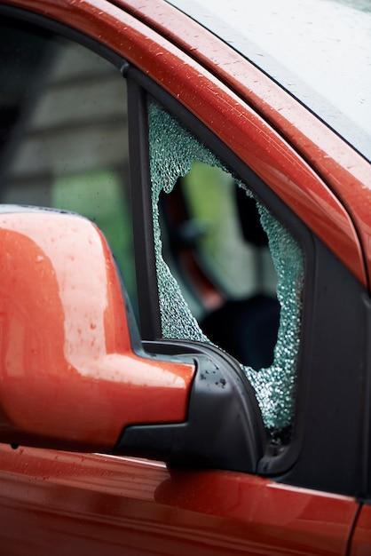 車のフロントガラスを強制的に壊れた Premium写真