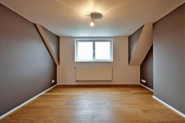 Интерьер дома с красивыми теплыми деревянными полами Premium Фотографии