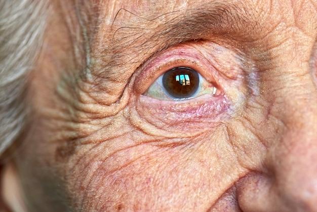 高齢者の女性の目のマクロの表示 Premium写真