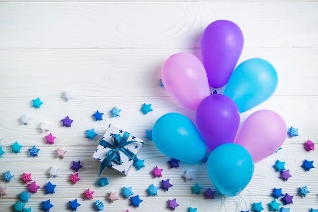 誕生日パーティーのためのカラフルな風船のヒープ。フラットレイスタイル Premium写真