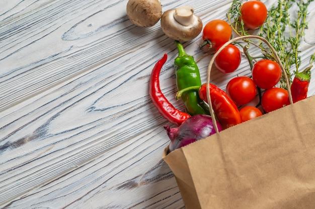 Свежие органические овощи в экологически чистом бумажном пакете Premium Фотографии