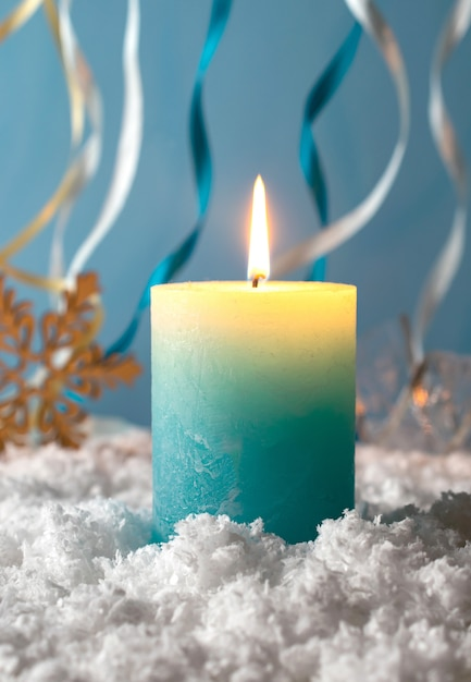 雪の中でクリスマスキャンドル Premium写真