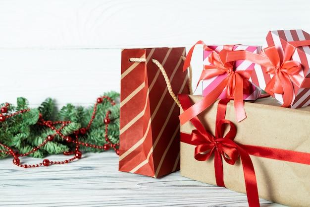 クリスマスプレゼント、装飾、木製のモミの枝。 Premium写真