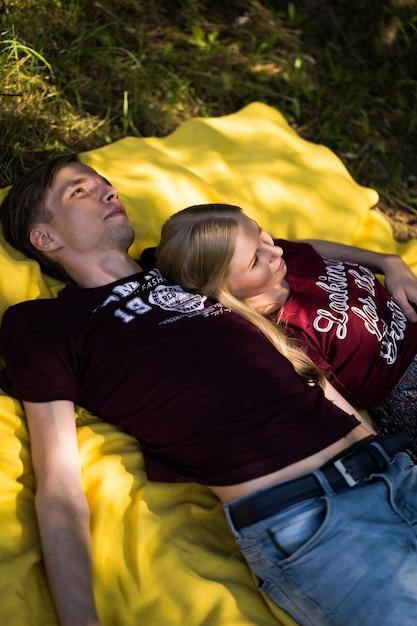 愛の若い幸せなカップル。抱っこ、キス、ピクニック。 Premium写真