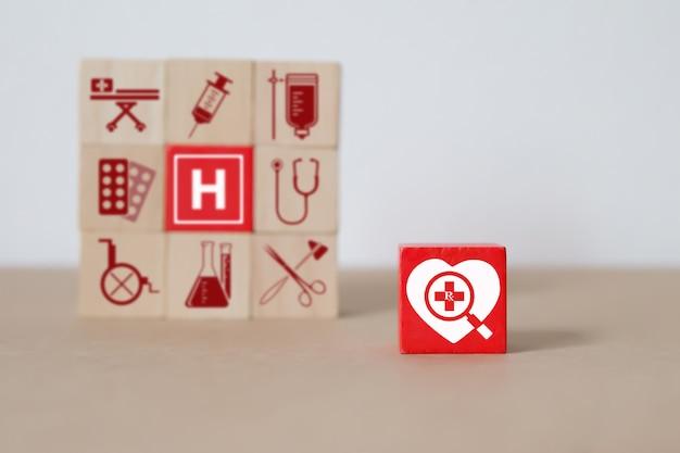 医療と健康の概念とウッドブロックスタッキング。 Premium写真
