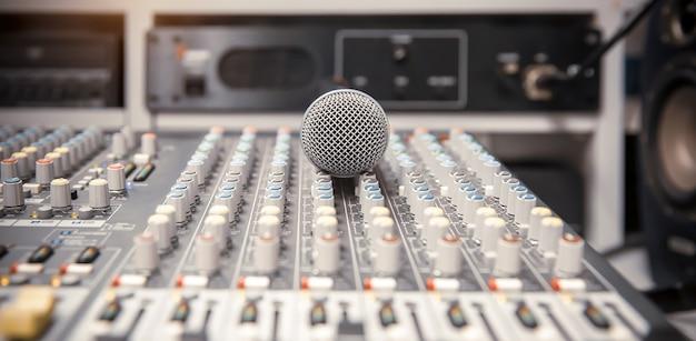 メディアとサウンドレコードのライブスタジオでのミキサーオーディオ付きマイク。 Premium写真