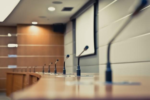 Встреча микрофона на столе в конференц-зале. Premium Фотографии