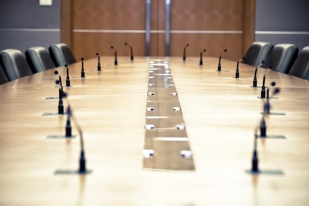 テーブルの上のプロの会議マイク。 Premium写真