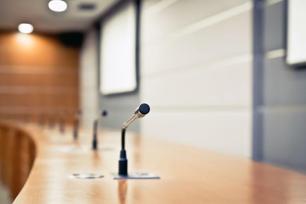 会議室のテーブルにある会議用マイク。 Premium写真