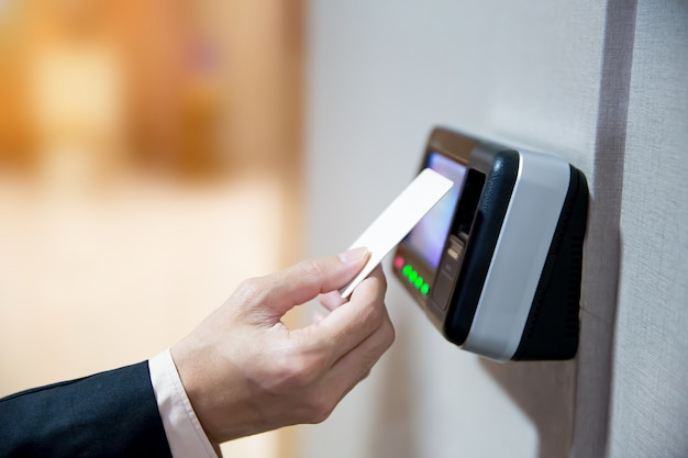 ドアにアクセスするためにキーカードを使用して本人確認を行うエンジニア。 Premium写真