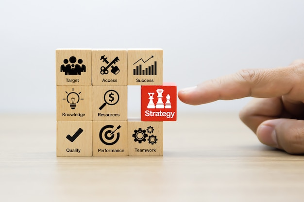 木製ブロックの戦略ビジネスコンセプトアイコン。 Premium写真